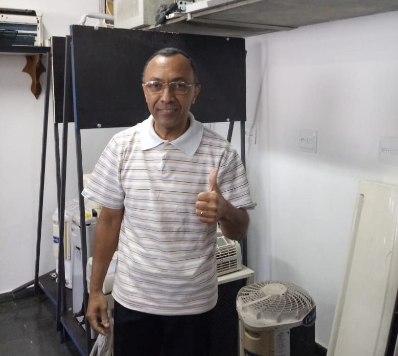 A foto mostra Eduardo, que pela primeira vez faz uma qualificação, no curso de mecânico de refrigeração, fazendo sinal de ok